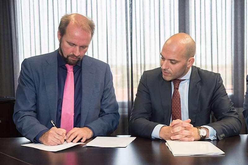 Links: Erik Booden directeur LLZ/ lid raad van bestuur RHG. Rechts: Rob van den Beld, relatiemanager Healthcare ABN AMRO